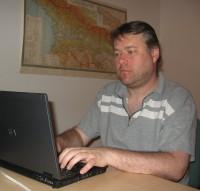 Typische Arbeitshaltung eines Autors. Beide Hände auf der Tastatur. Maus braucht nicht