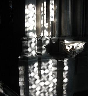 Becken mit Weihwasser im Dom