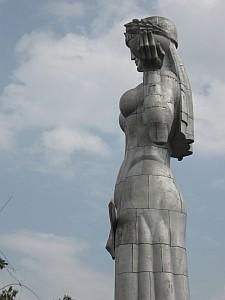 Mutter Georgiens mit Richtantenne