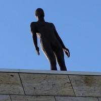 Skulptur eines Mannes auf der Kunsthalle in Rotterdam