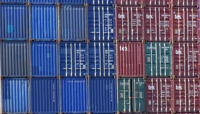 Container gestapelt im Hafen Rotterdam