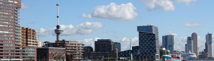 Skyline Rotterdam mit Schiffen und schrägen Gebäuden
